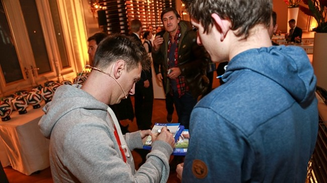 Messi and Neuer, copies of FIFA 15
